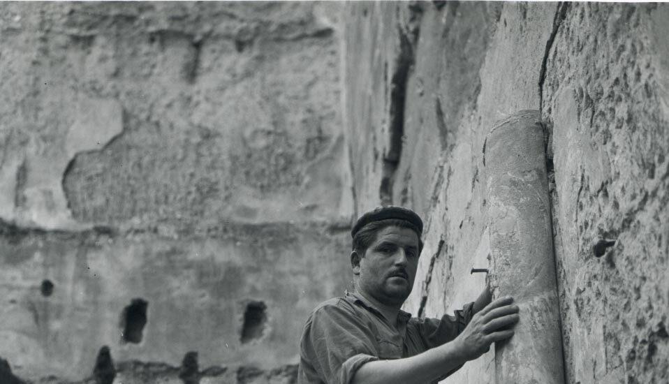 Un vecino de Sijena con el restaurador de MNAC J.Pradel en el Monasterio