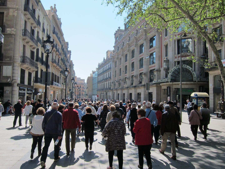 Gente paseando por el centro de Barcelona.