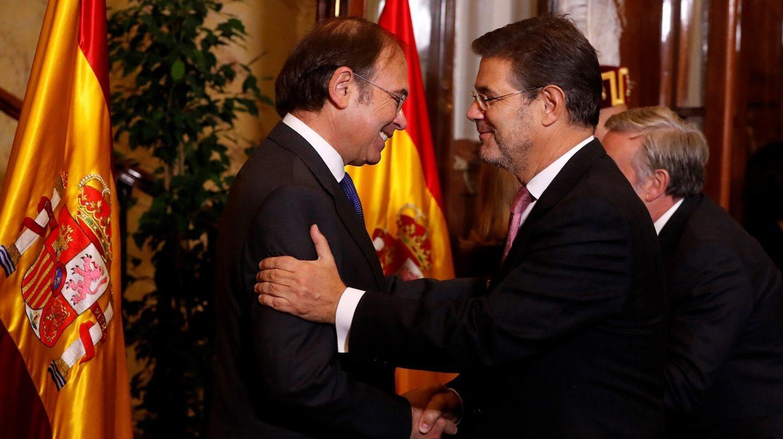 Catalá saluda a García Escudero durante la celebración de este 6 de Diciembre
