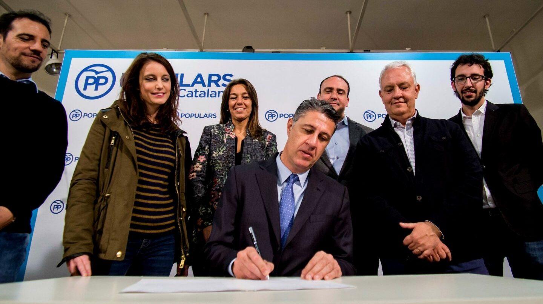 El candidato del PP, Xabier García-Albiool, este lunes en un acto de campaña junto a su equipo.