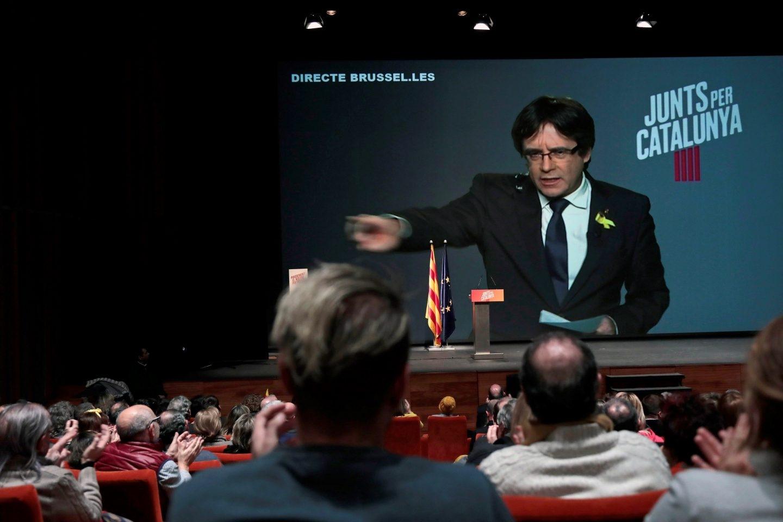 Carles Puigdemont, durante su intervención a través del plasma en uno de los mítines del 21-D.