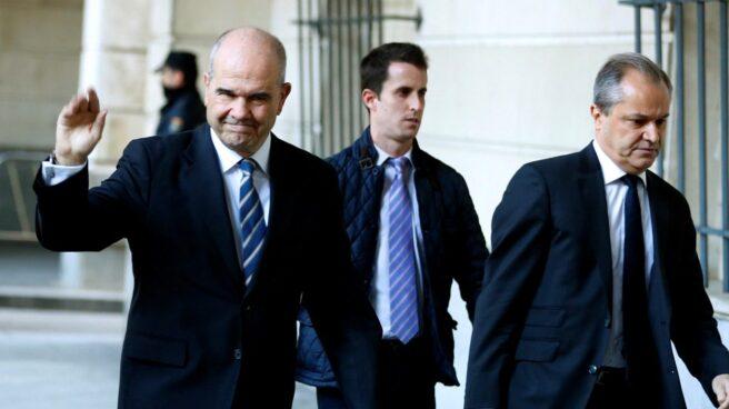 El ex presidente de la Junta de Andalucía Manuel Chaves, acompañado de su abogado a su llegada a la Audiencia de Sevilla.