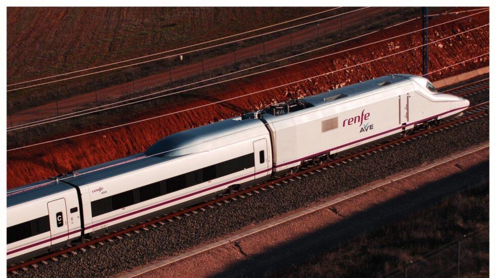 Imagen de un tren AVE en circulación.