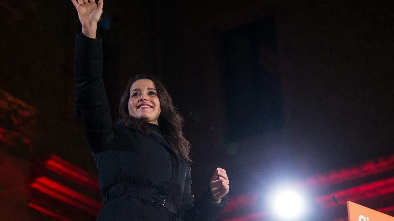 La cabeza de lista de Ciudadanos Inés Arrimadas, durante el acto final de Campaña en la Plaza de Mayor de Nou Barris de Barcelona, con la presencia del presidente de Ciudadanos Albert RiverA.