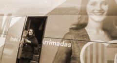 Inés Arrimadas, candidata a la Generalitat por Ciudadanos, sale del autobús de la campaña electoral catalana.