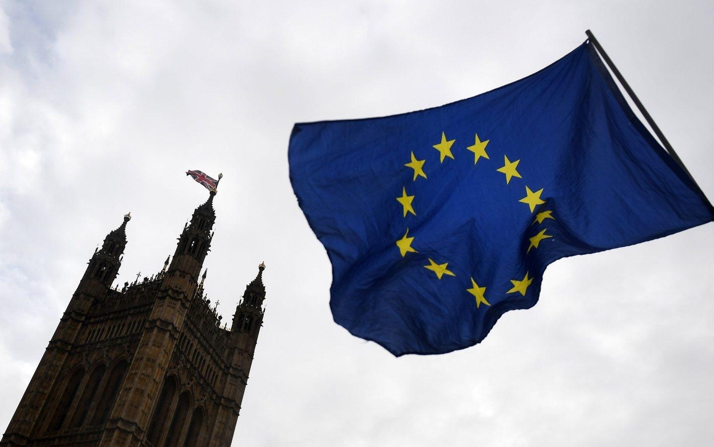 Una bandera de la UE ondea junto al Parlamento británico.