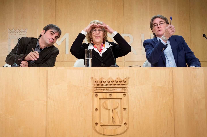 Carmena, entre García Castaño e Higueras, en el Ayuntamiento.