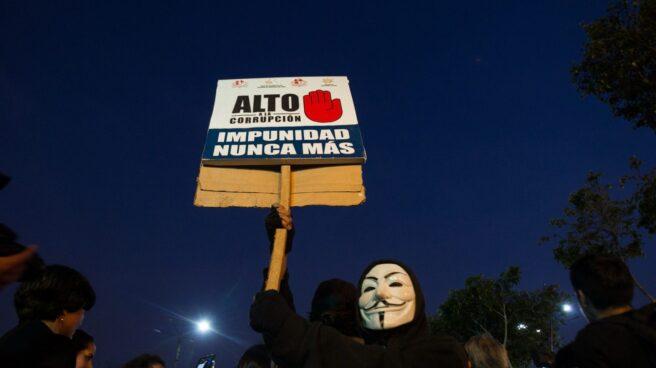 Un manifestante muestra su cartel contra la corrupción en Lima.