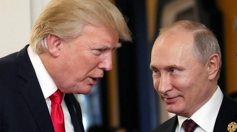 Trump y Putin conversan durante su última entrevista en Vietnam.