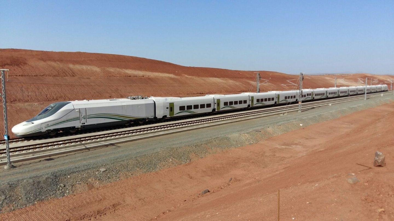 Un tren de alta velocidad recorre el desierto en Arabia Saudí.