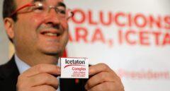 Miquel Iceta presenta las pastillas Icetaton en un acto electoral en Barcelona.