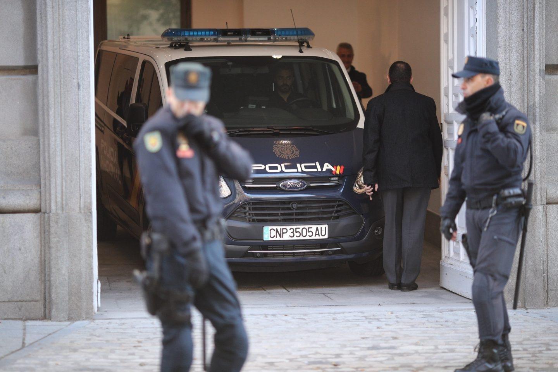 Uno de los furgones policiales que trasladaron a los investigados, llegando este viernes al Tribunal Supremo.