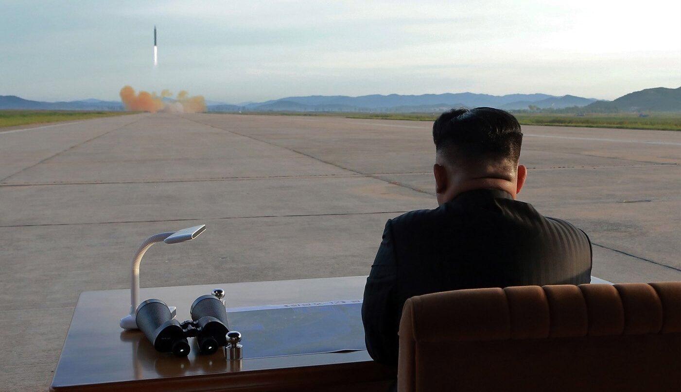 Kim Jong-un contempla el lanzamiento de un misil en septeimbre pasado.