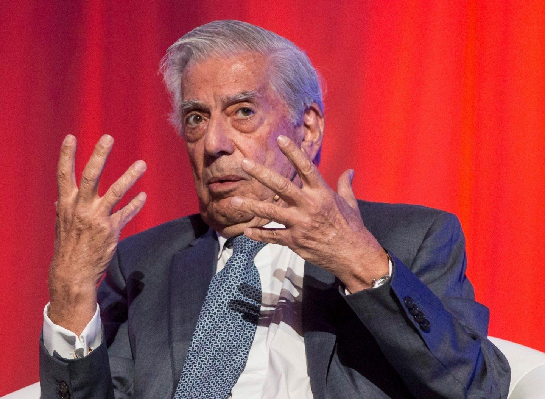 El Premio Nobel de Literatura, Mario Vargas Llosa, durante su participación en un coloquio celebrado hoy en el Teatro Goya de Barcelona, en el que han participado el líder de Ciudadanos, Albert Rivera, y la canditada de la formación naranja a la presidencia de la generalitat, Inés Arrimadas, entre otros.