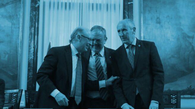 El ministro de Hacienda, Cristobal Montoro, junto al consejero de Economía y Hacienda del País Vasco, Pedro Azpiazu, y el portavoz del Gobierno vasco, Josu Erkoreka.