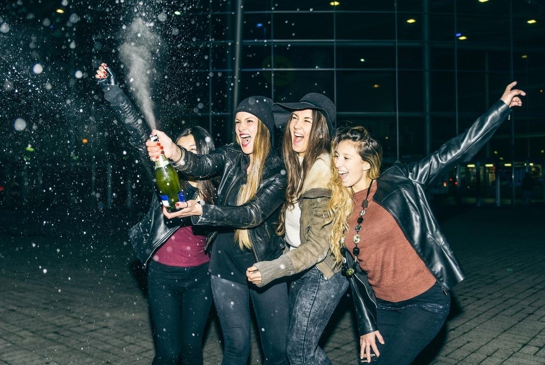 Celebración de jóvenes en Nochevieja.