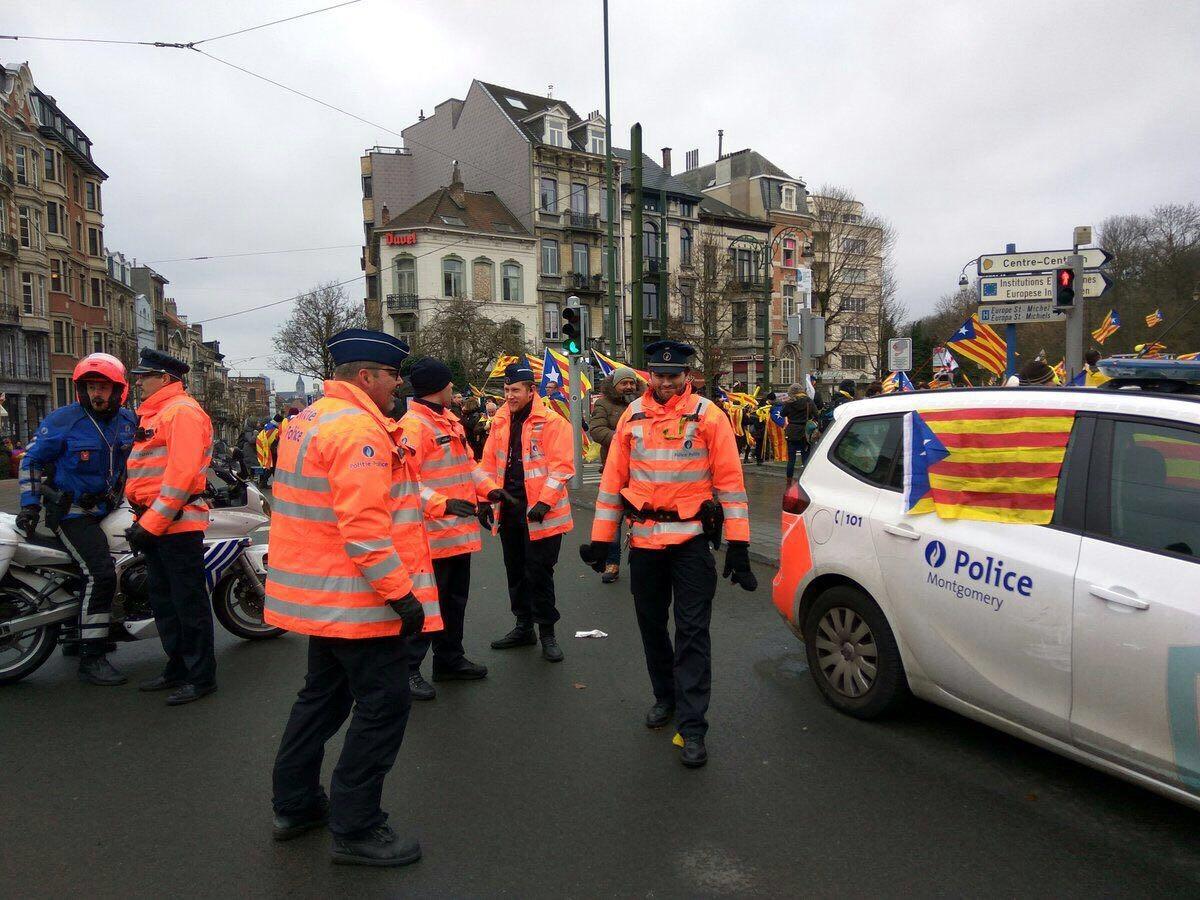 Un coche patrulla de la policía belga, decorado con esteladas este jueves en Bruselas.