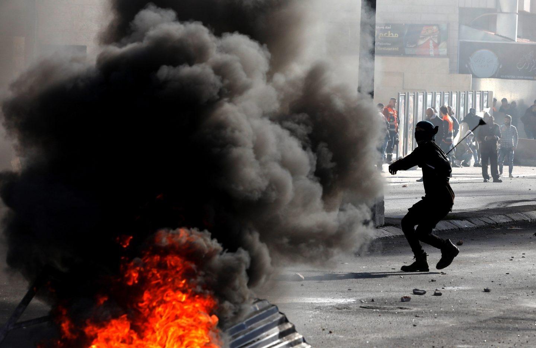 Palestinos se enfrentran a las tropas israelíes en el Día de la Ira.