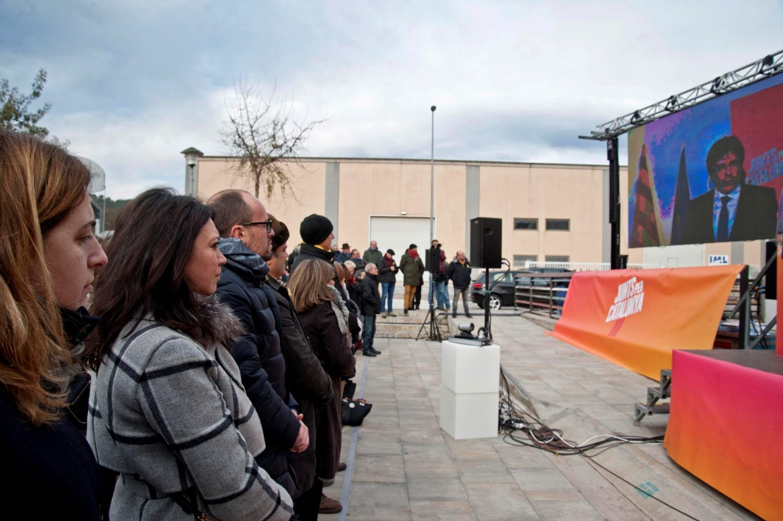 Marcela Topor mira a su marido, Carles Puigdemont, por la pantalla.
