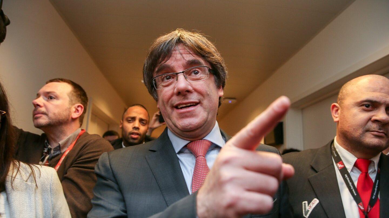 El expresidente de la Generalitat y candidato de Junts per Catalunya, Carles Puigdemont, llega al centro de Convenciones de Bruselas para seguir los resultados de las elecciones regionales catalanas, en la capital belga, hoy, 21 de diciembre de 2017