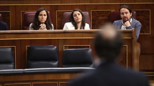 Los diputados de Podemos escuchan a Rajoy en la sesión de control en el Congreso.