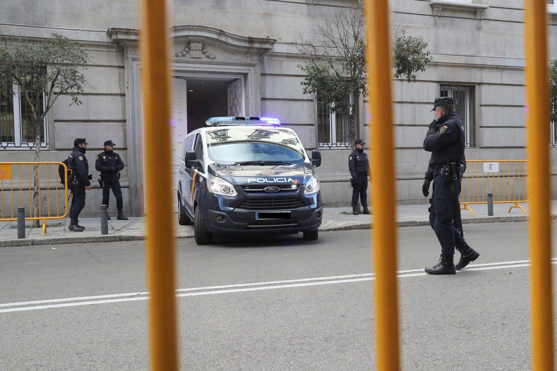 Un furgón de la Policía Nacional entra en el Tribunal Supremo este viernes.