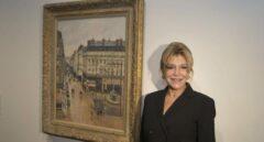 La baronesa Thyssen junto al cuadro de Pissarro 'Rue St. Honoré, aprés-midi, effet de pluie', expuesto en Madrid. Un tribunal de EEUU puede obligar al Museo Thyssen a devolverlo, si se demuestra que fue expoliado por los nazis