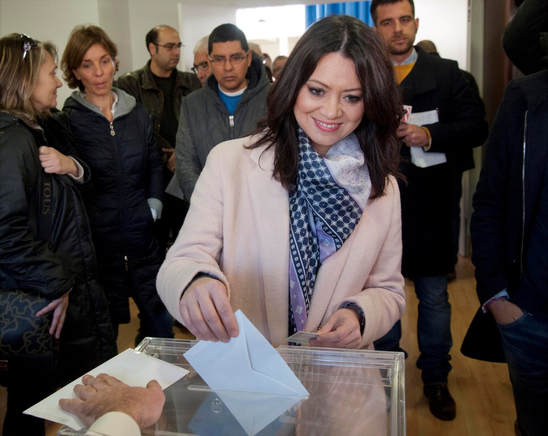 La esposa de Carles Puigdemont, Marcela Topor, vota en Sant Julià de Ramis (Girona).