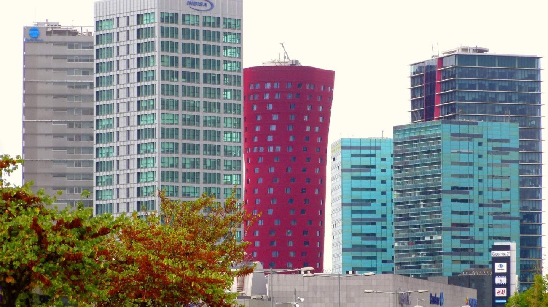Torres de oficinas en Hospitalet_de_Llobregat. El alquiler de oficinas en Barcelona se hunde un 40% en el trimestre pero crece en Madrid.