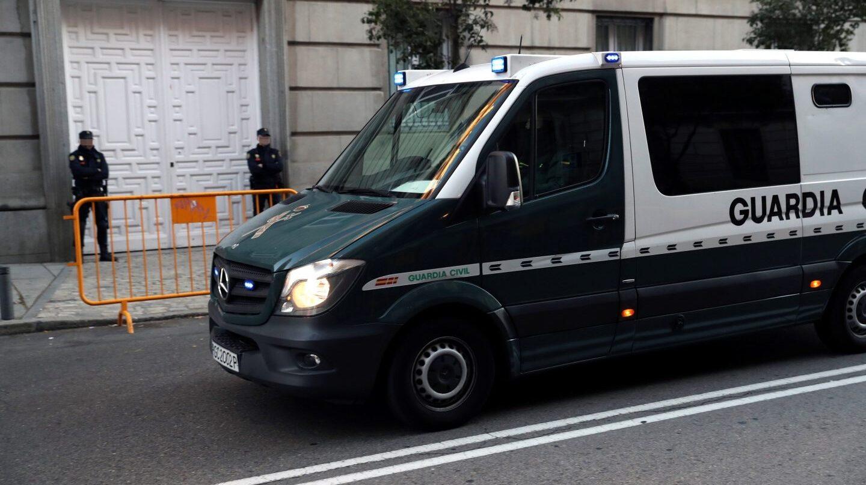 Un furgón de la Guardia Civil ante la entrada del Tribunal Supremo.