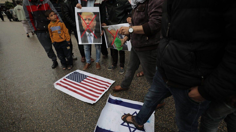 Quema de banderas de Israel y de EEUU en Palestina.
