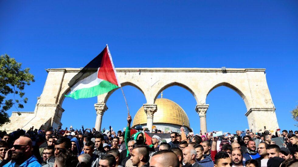 Concentración de palestinos cerca de la mezquita de Al Aqsa, en Jerusalén, contra Trump.