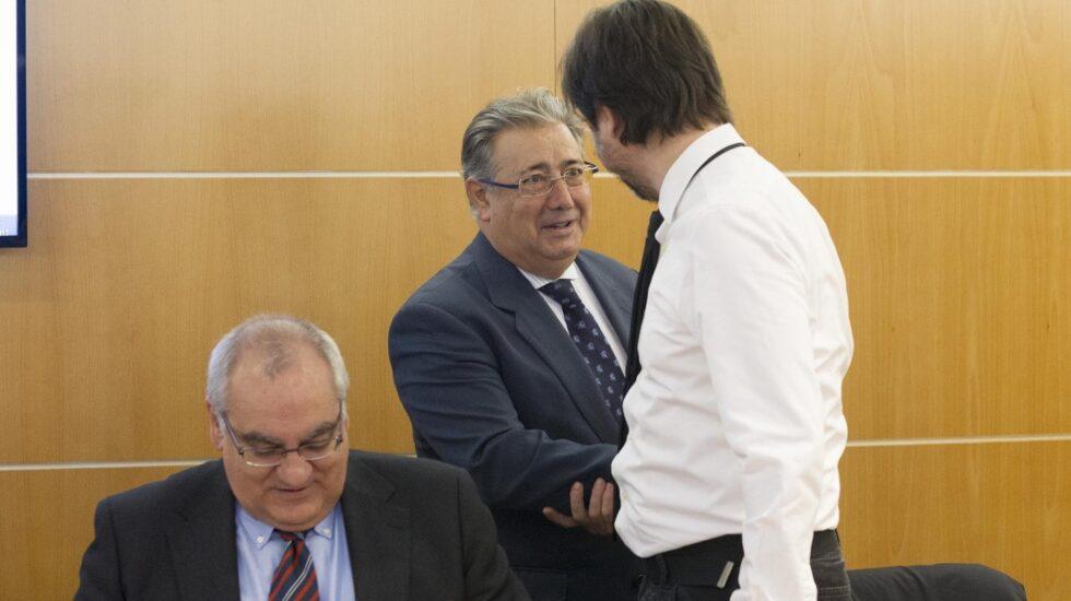 El ministro Zoido saluda al diputado de Podemos Rafael Mayoral al inicio de la reunión de este miércoles.