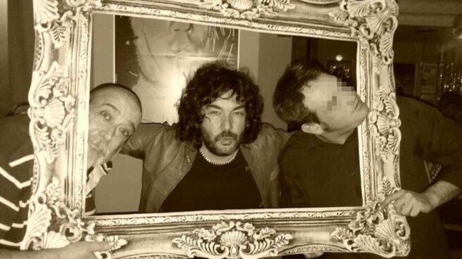 Víctor Laínez (izquierda), Antílope León y otro amigo en un bar de Zaragoza en una foto tomada hace unos 10 días.