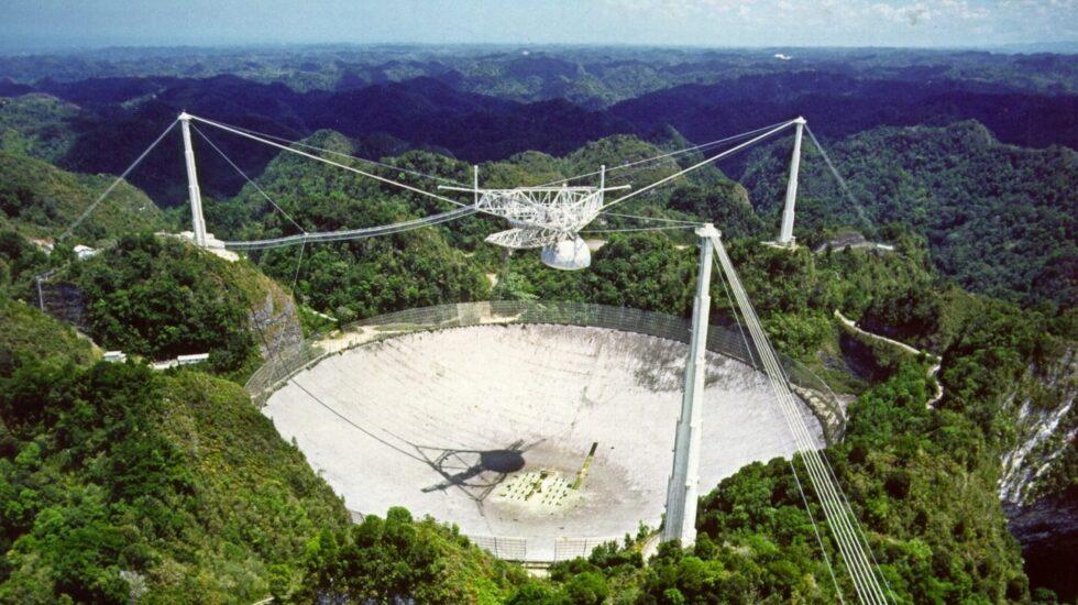 El telescopio de Arecibo está ubicado en una depresión entre montañas