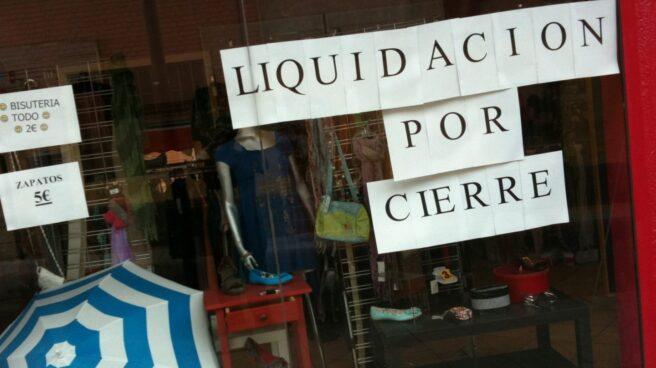 Pequeño comercio cuelga el cartel de liquidación por cierre.