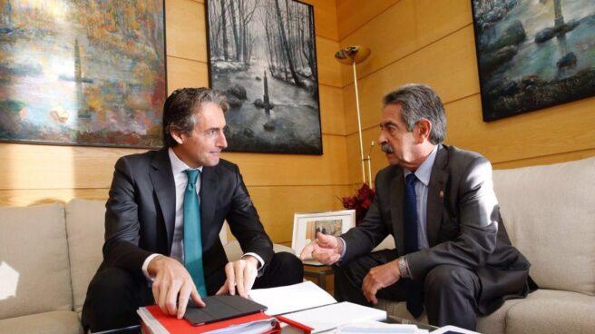 Íñigo de la Serna y Miguel Ángel Revilla se reúnen en Cantabria en diciembre de 2016, al poco de tomar posesión el primero como ministro de Fomento.