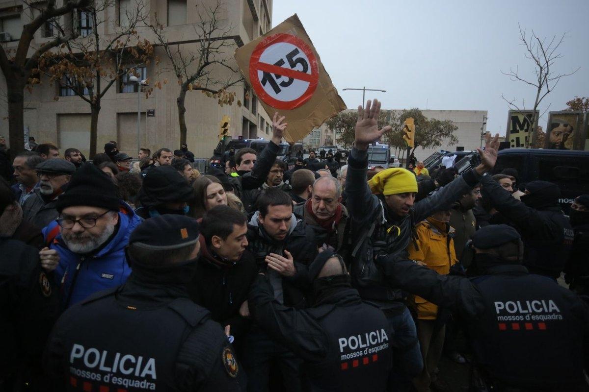 Incidentes a las puertas del Museo de Lleida entre policía y manifestantes por el traslado de los bienes de Sijena.