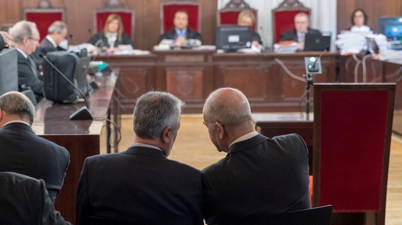 Los ex presidentes de la Junta de Andalucía Manuel Chaves y José Antonio Griñán, sentados en el banquillo de los acusados.
