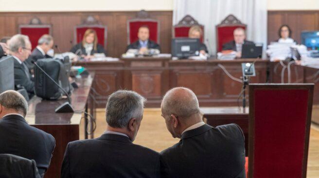 Los ex presidentes de la Junta de Andalucía Manuel Chaves y José Antonio Griñán, sentados en el banquillo de los acusados durante el juicio.