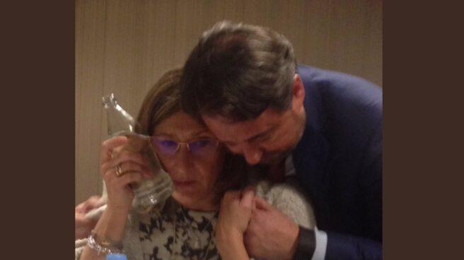 Sonia Gumpert, acompañada por Javier Íscar, se coloca una botella fría en el pómulo derecho en la noche de este miércoles.