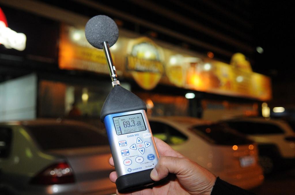 Decibelímetro mide contaminación acu´stica