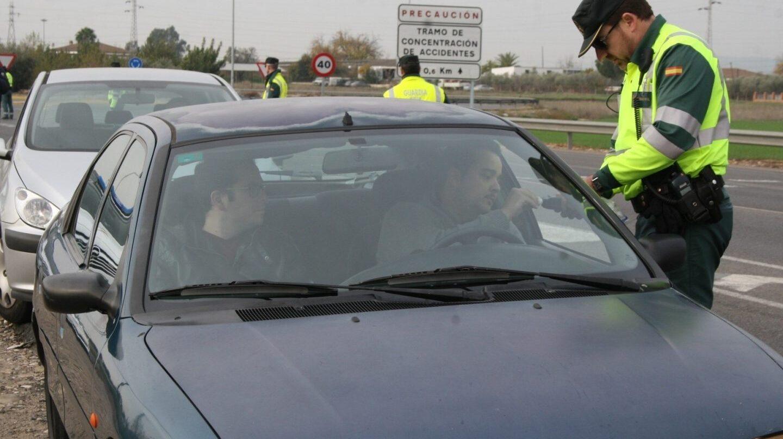 Un agente de la Guardia Civil, practicando una prueba de alcoholemia.