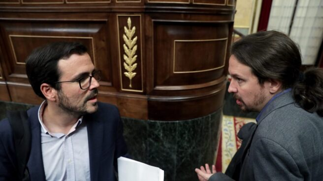 Alberto Garzón y Pablo Iglesias conversan antes del inicio del pleno en el Congreso, el pasado 12 de diciembre.