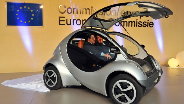 El prototipo del coche eléctrico 'Hiriko' durante su presentación ante representantes de la Comisión Europea.