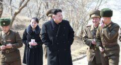 El líder norcoreano Kim Jong-un visita una unidad militar en una isla del norte del país junto a su hermana Kim Yo-jong.