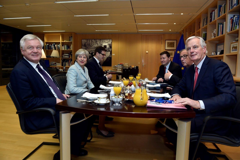 El presidente de la Comisión Europea, Jean-Claude Juncke (2º dcha), y el negociador de la UE para el brexit, Michel Barnier (dcha) en una reunión con la primera ministra británica, Theresa May (2º izq), y el ministro británico para la Salida de la Unión Europea, David Davis (izq).