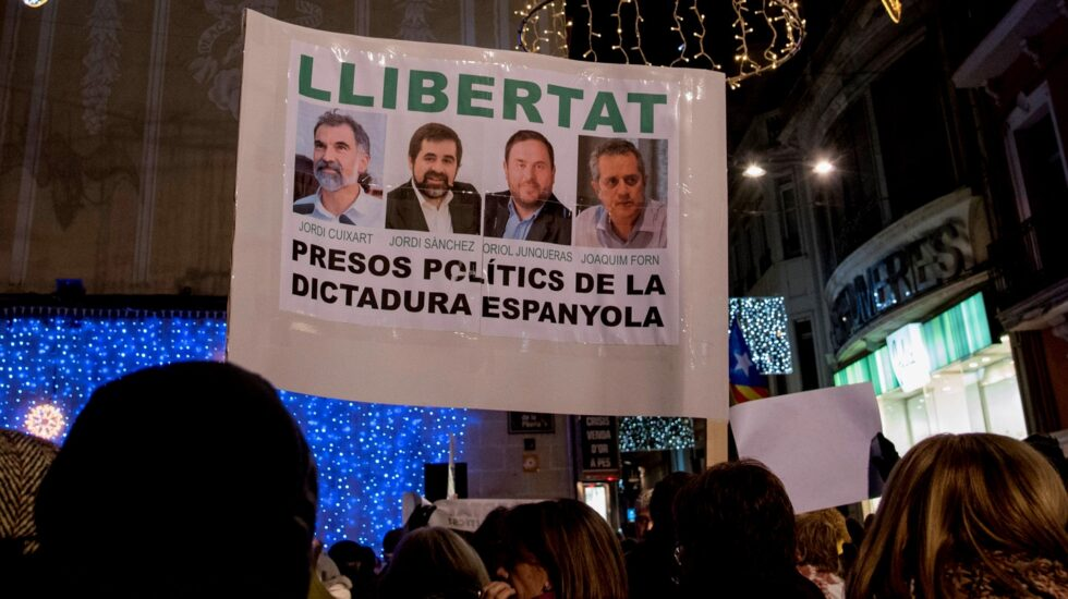 Cartel con la foto de Oriol Junqueras, Joaquim Forn, Jordi Sánchez y Jordi Cuixart.