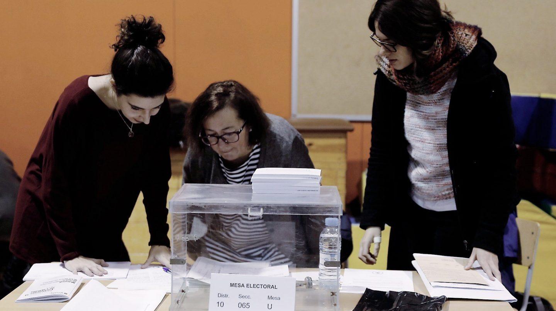 Constitución de la mesa electoral en Escola Pere IV de Barcelona.