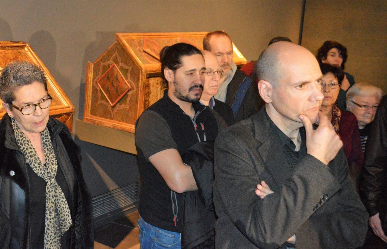 Miembros de plataformas culturales, junto a los bienes de Sijena en el Museo de Lleida.